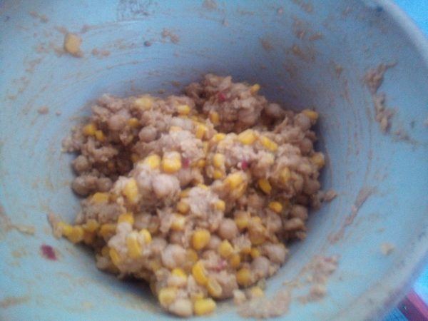 Take the remaining mashed chickpeas from the crust and add the tin of sweet corn and chop and add half a pepper, matching the pieces to the size of the sweet corn. Add in the coriander seeds and a tablespoon or two of the reserved liquid to make it into a smooth spreadable mixture.