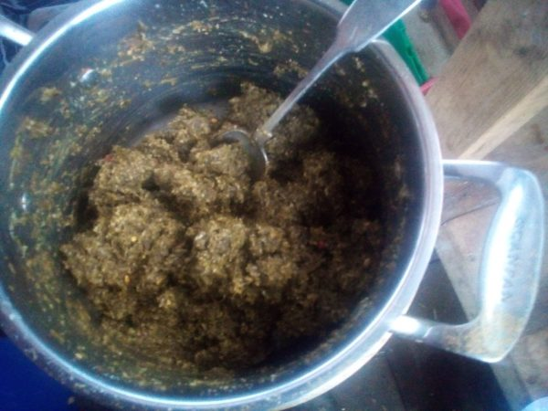 While the cases are cooking mix the spinach puree, the ground almonds and the spices, add a tablespoon of chickpea liquid or so to achieve a nice spreadable mixture.